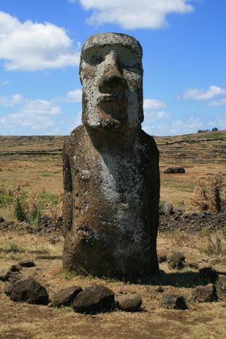 岩に囲まれたモアイ像